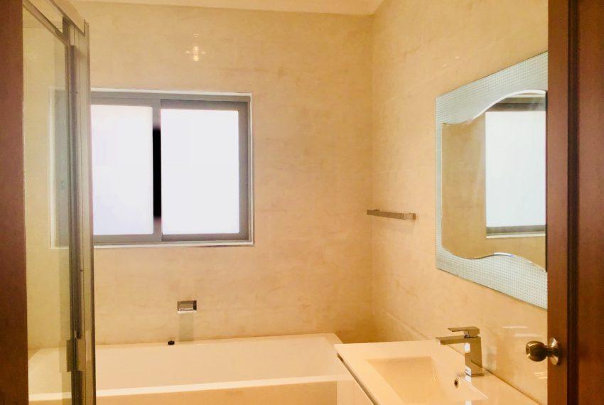 Main bathroom (2)