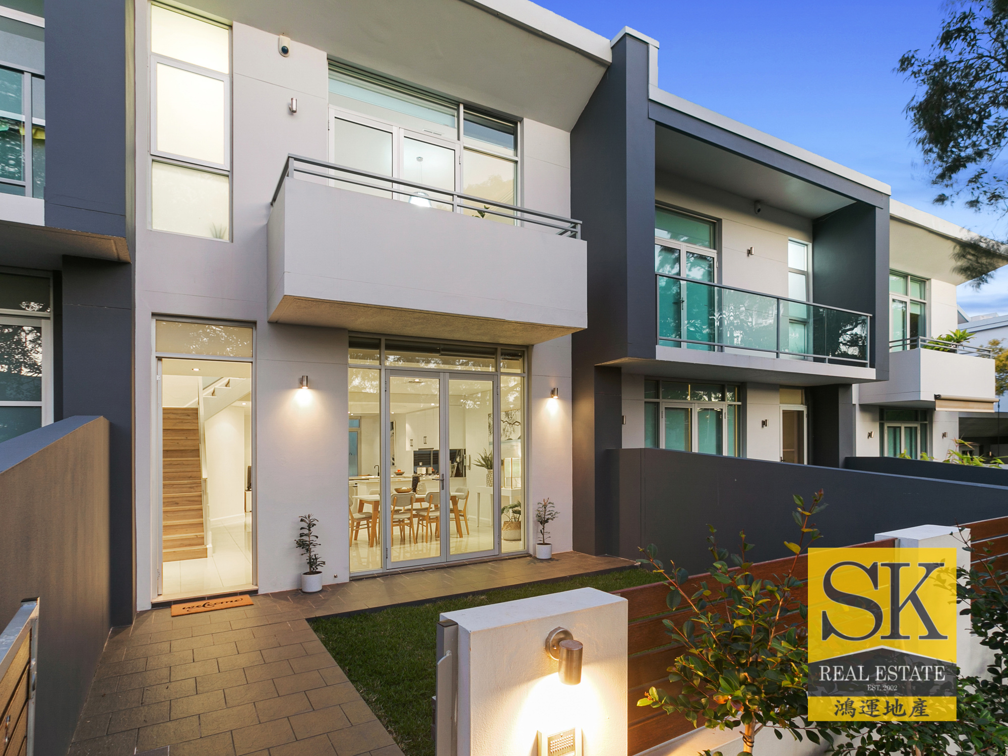 (BROKE SUBURB RECORDS SOLD AT AUCTION) Modern Townhouse Offering Easy-Care Family Living