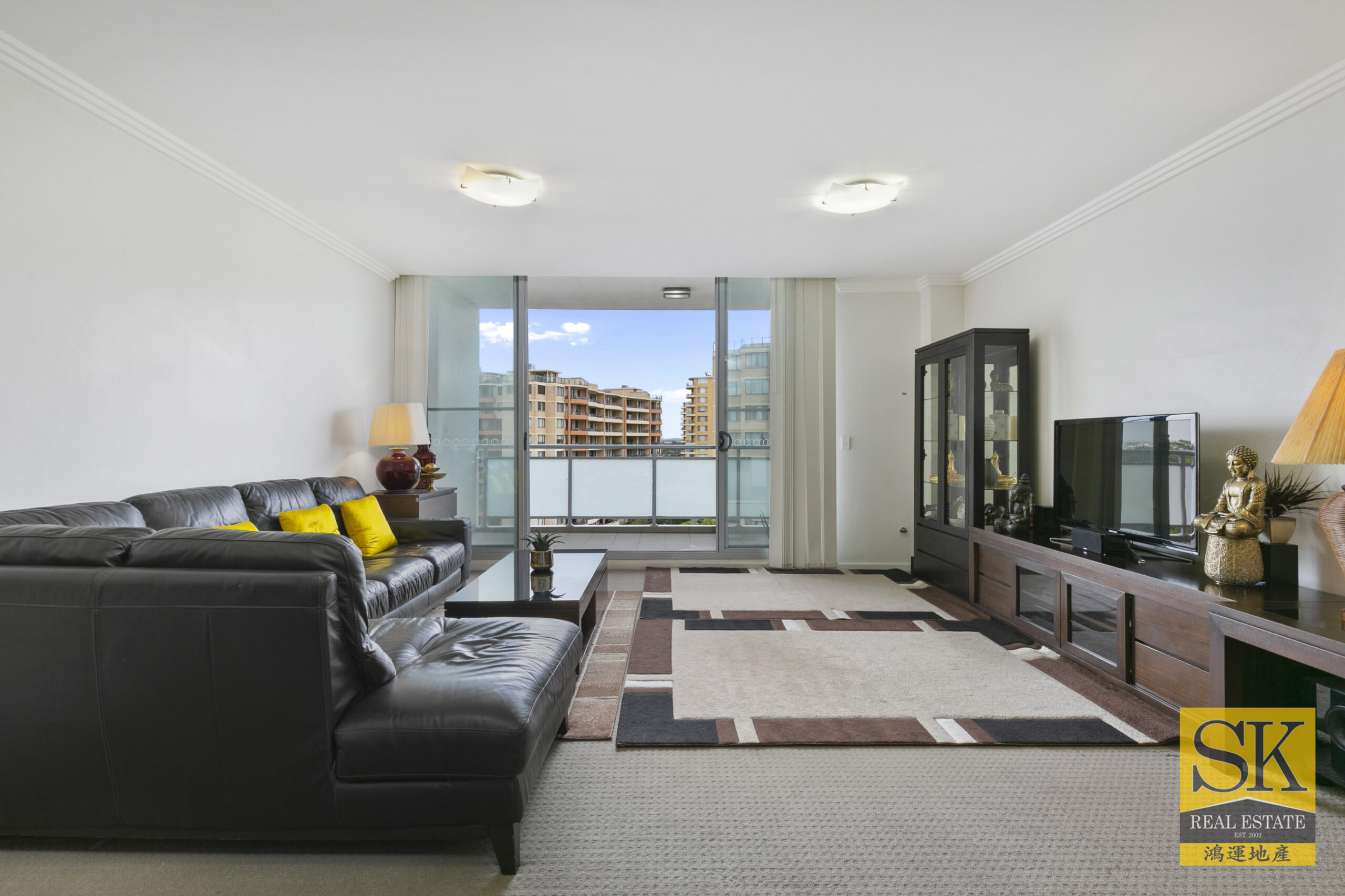 Large Top Floor Penthouse in the Heart of Rockdale